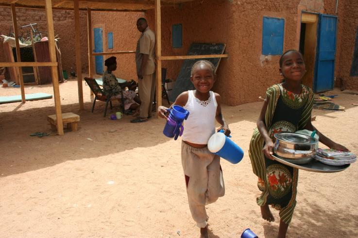 Photo of children helping wash dishes in Niger